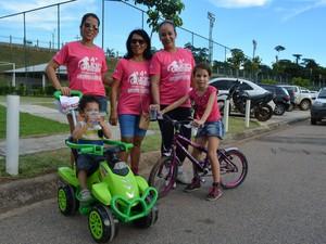 Genira de Oliveira (meio) encorajou as filhas e as netas a prestigiarem a caminhada. (Foto: Toni Francis/G1)