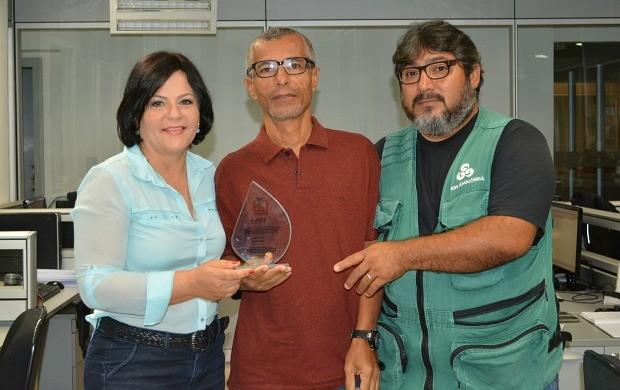 Zeca Lula (ao centro) entrega prêmio internacional aos repórteres Maríndia Moura e Hélio Santiago (Foto: Angelina Ayres Medeiros/Rede Amazônica)