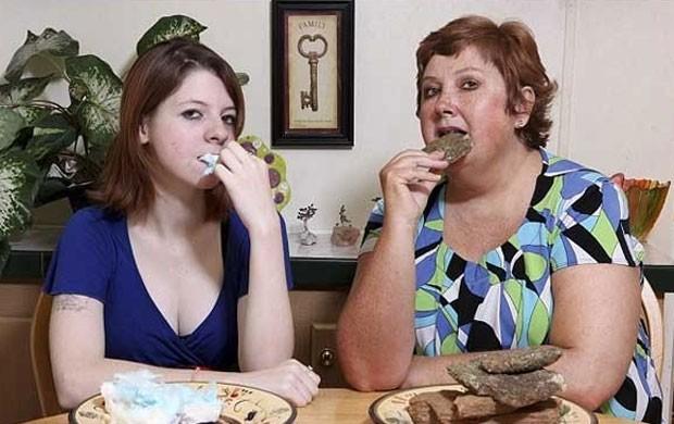 A americana Teresa Widener diz que come cerca de 1,3 quilo de pedra todas as semanas. Ela alega que as pedras têm efeito de 'comfort food', servindo para acalmá-la como chocolate costuma funcionar com outras mulheres (Foto: Reprodução)
