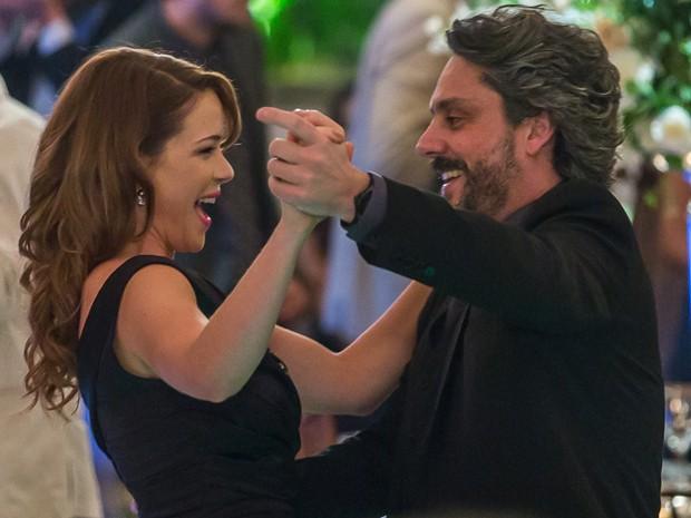 Os dois acabam se divertindo na pista de dança (Foto: Artur Meninea/GShow)