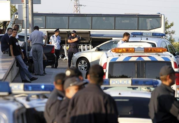 Policiais no local do atentado desta quarta-feira (18) na Bulgária (Foto: AFP)