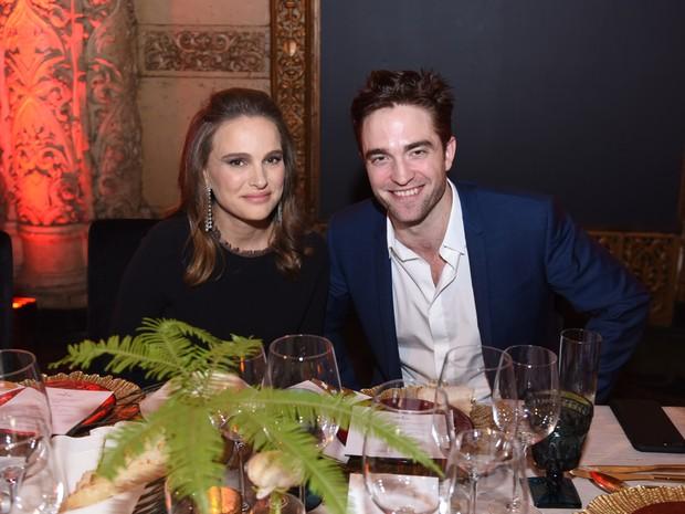 Natalie Portman e Robert Pattinson em evento em Los Angeles, nos Estados Unidos (Foto: Vivien Killilea/ Getty Images/ AFP)
