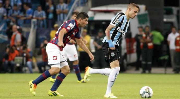 Luan escapa do marcador com a bola (Foto: Wesley Santos/PressDigital)