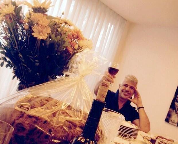 Lulu Santos brinda à vida! (Foto: Arquivo pessoal)