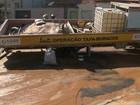 Caminhão tapa-buraco cai em cratera que seria reparada em Juazeiro, na BA
