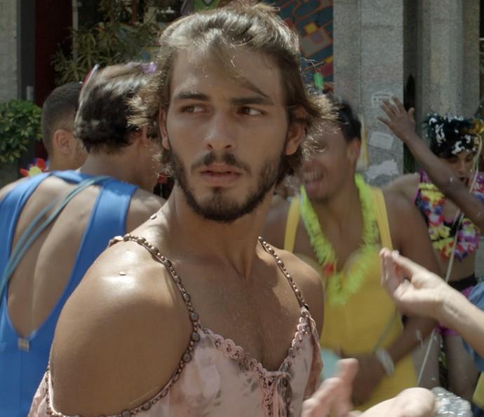 Roger pagou a aposta, mas parece que não ficou muito feliz (Foto: TV Globo)