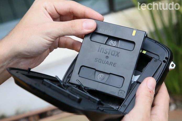 Para fotos imprssas, a câmera utiliza o filme Instax Square (Foto: Ana Marques/TechTudo)
