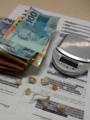 Material foi apreendido com suspeitas no bairro Jatobá (Foto: Dilvulgação/Polícia Militar)