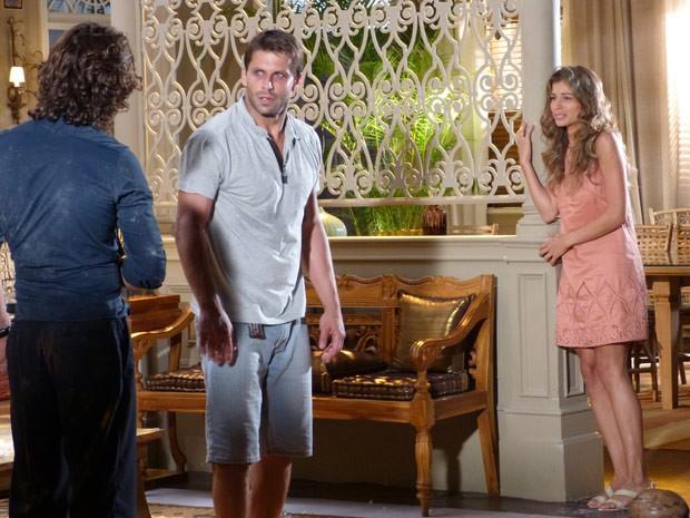 Ester dá um grito ao ver o ex-noivo batendo em seu marido (Foto: Flor do Caribe/ TV Globo)