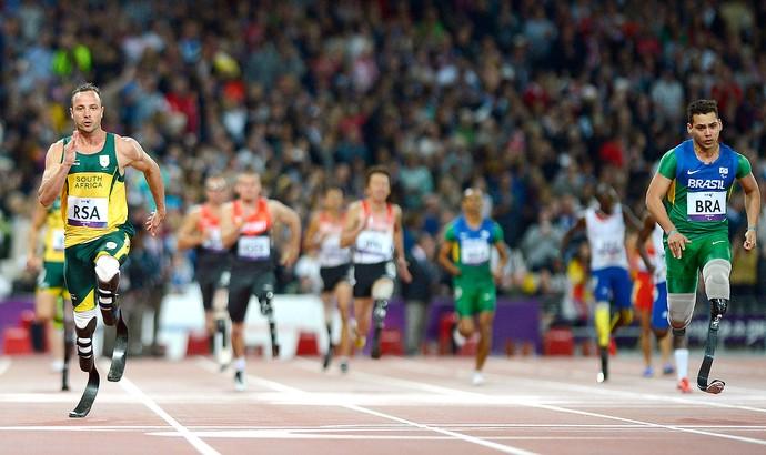 Alan Fonteles e Oscar Pistorius, 4x100m, Atletismo (Foto: Agência AFP)