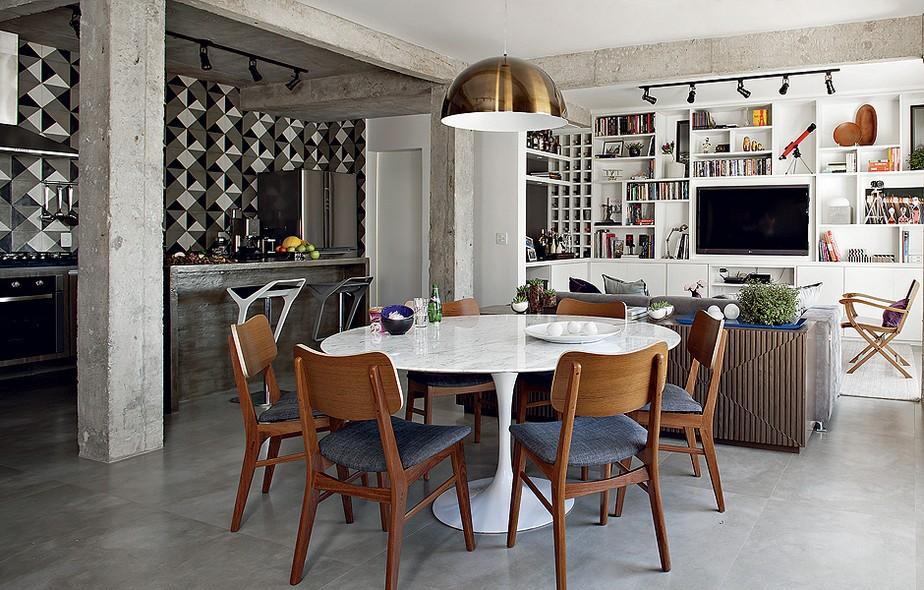 O desafio da arquiteta Gabriela Marques foi trazer ares sóbrios para o apartamento de 110 m². Para isso, ela apostou no concreto aparente e nos tons de cinza dos demais revestimentos