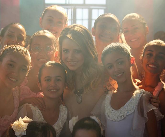 Ao final das gravações, Sandy posa para o Gshow ao entre as bailarinas (Foto: Ariane Ducati/Gshow)
