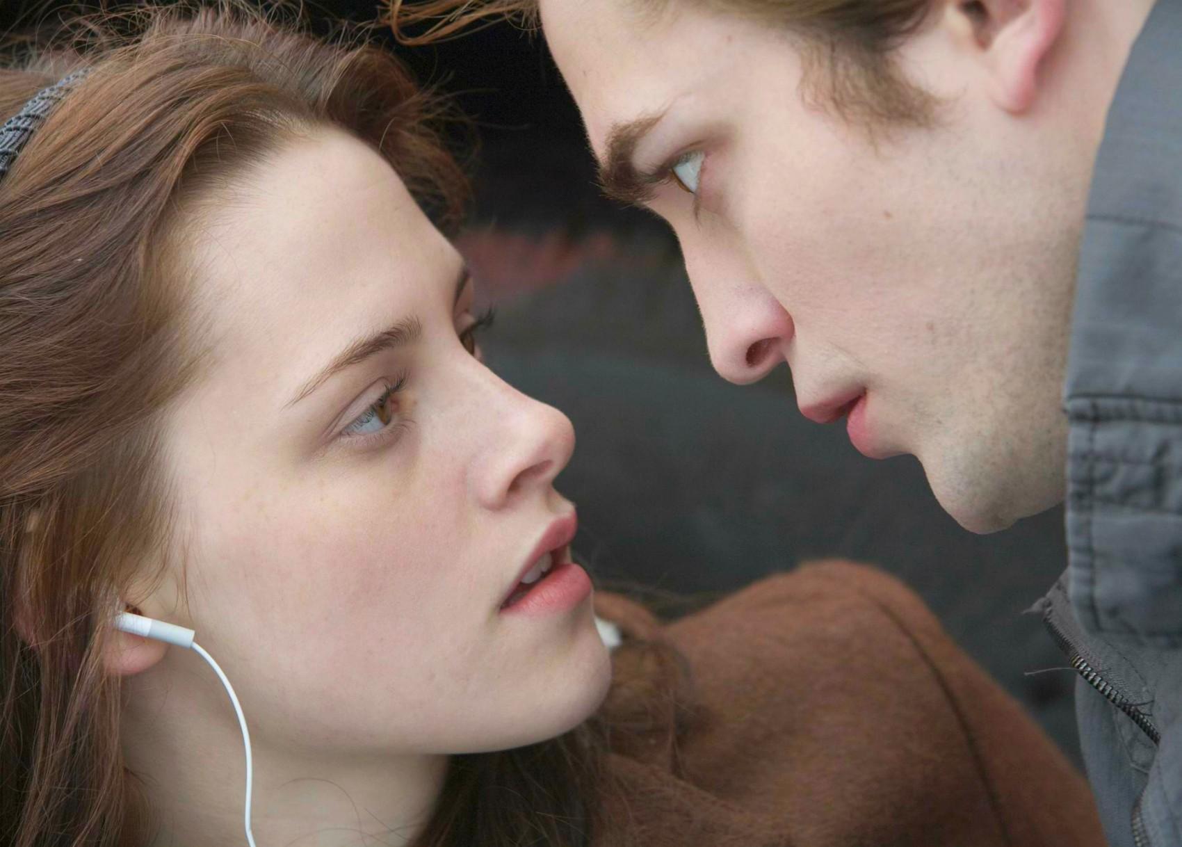Ah... Como esquecê-los? Kristen Stewart e Robert Pattinson, o casal que amoleceu corações de milhões de fãs após levar a paixão da saga 'Crepúsculo', iniciada nos cinemas em 2008, para a vida real. Tudo terminou, porém, em 2013. Robert diz que a amizade continua. (Foto: Getty Images)