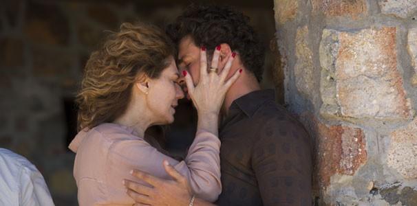 Em Amores Roubados, Isabel (Patrícia Pillar) e Leandro (Cauã Reymond) vivem um perigoso caso de amor (Foto: Estevam Avellar/ TV Globo)