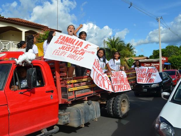 Familiares pediam jutiça em meio ao cortejo (Foto: Marcelo Marques/ G1 RR)