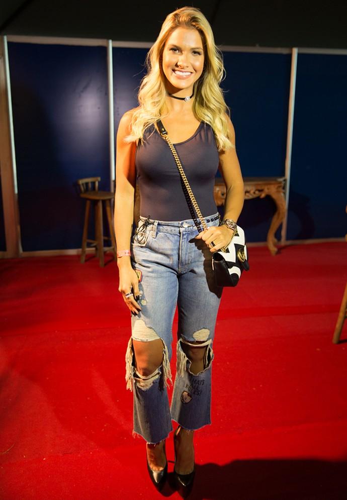 """Andressa Suita usa calça rasgada para compor seu look no """"Festeja Brasil"""" (Foto: Thiago Fontolan/Globo)"""