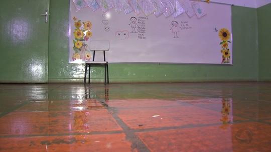 Crianças são transferidas de sala de aula após goteira em creche em MT
