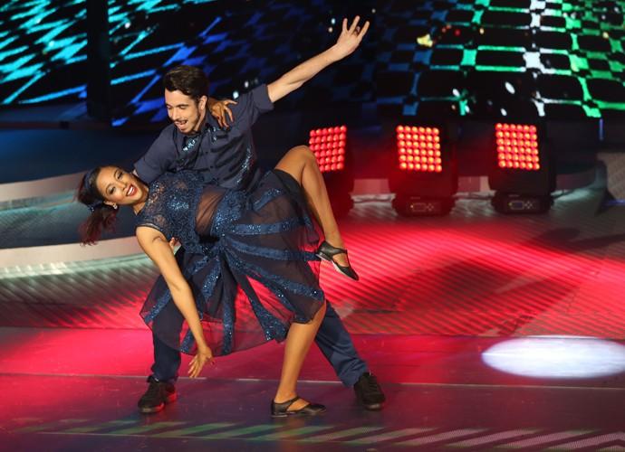 Confiança total: Negra Li se joga nos braços do parceiro Edgar Fernandes (Foto: Carol Caminha / Gshow)