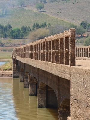 Ponte surge no Lago de Furnas no Pontalete, em Três Pontas, MG (Foto: Samantha Silva / G1)