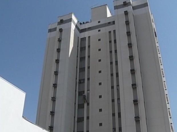 670d066b33b Trabalhador estava limpando as janelas do 13º andar (Foto  Reprodução TV  TEM)