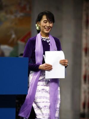 Aung San Suu Kyi deixa o palco depois de fazer sua leitura do Prêmio Nobel em Oslo, neste sábado (16) (Foto: AFP)