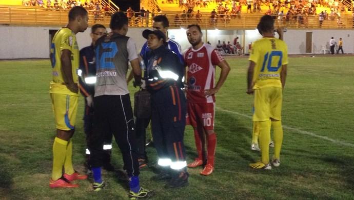 Vieira recebe atendimento e volta para o jogo (Foto: Nailson Wapichana)
