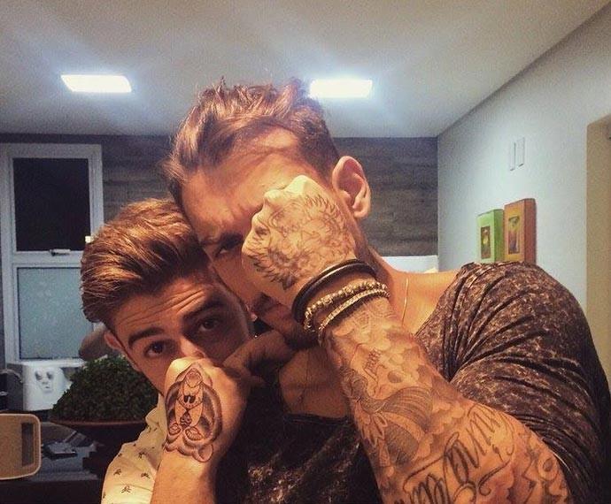 Lucas Lucco e o irmão Leandro mostram suas tatuagens (Foto: Arquivo Pessoal)