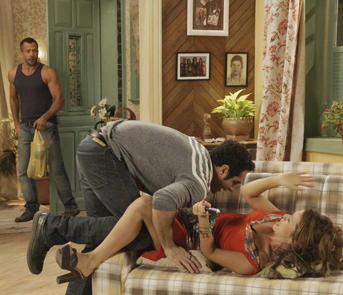 Apolo chega bem na hora que Beto cai em cima de Tancinha (Foto: TV Globo)