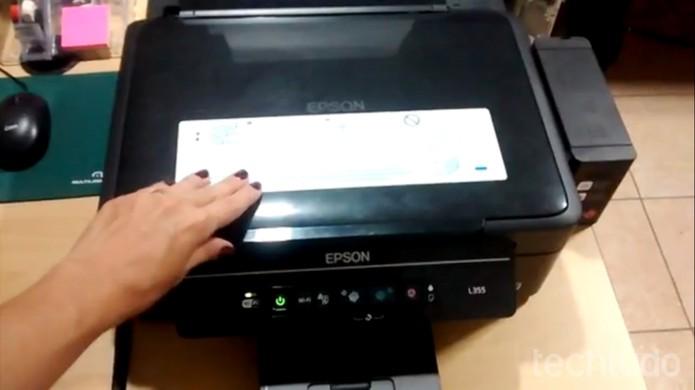 Abra a impressora e veja se existe algum objeto estranho na máquina  (Foto: Marcela Vaz/TechTudo)