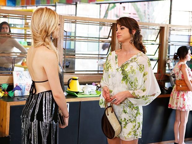 Megan e Manu começam a trocar farpas (Foto: Artur Meninea/TV Globo)