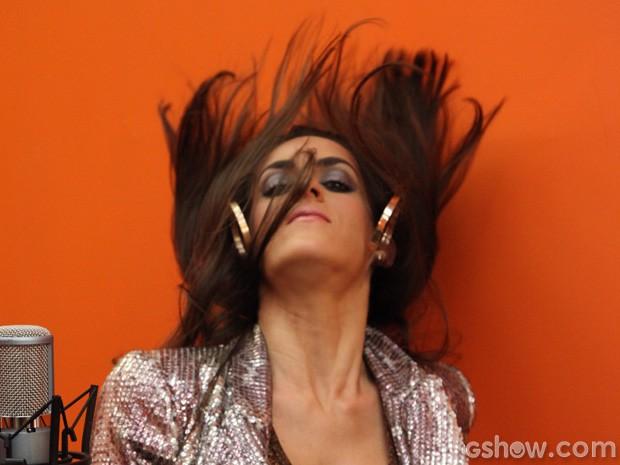 Luciana se empolga e joga os cabelões (Foto: Carol Caminha/TV Globo)