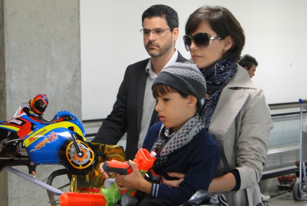 Bruno Garcia, Deborah e o pequeno Daniel (Foto: Louco por Elas / TV Globo)