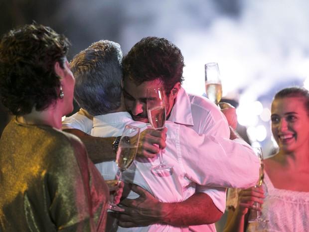 Cláudio e Enrico se abraçam no réveillon (Foto: Inácio Moraes/Gshow)