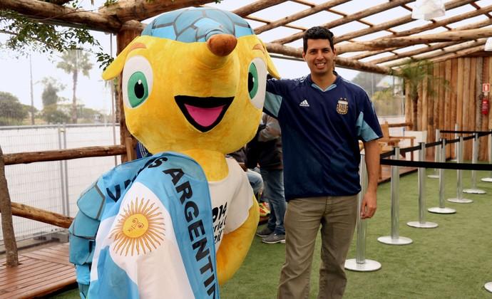 Argentino posa com o Fuleco em shopping de Porto Alegre (Foto: Diego Guichard/GloboEsporte.com)