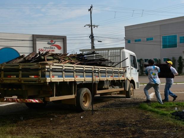 Escombros da casa do Papai Noel foram retiradas nesta quarta, 30 (Foto: Franciele do Vale/ G1)