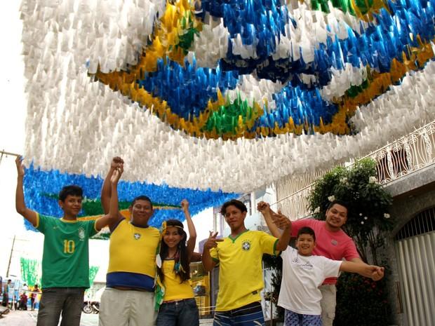 Moradores da rua comemoram finalização dos trabalhos de decoração para a Copa  (Foto: Jamile Alves/G1 AM)