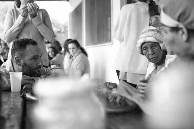 Marcelo Rosenbaum escuta as anciãs falarem sobre o artesanato, na comunidade Quilombo do IvaporunduvaCRÉDITO OBRIGATÓRIO (Foto: © Luiz Cunha/ISA)