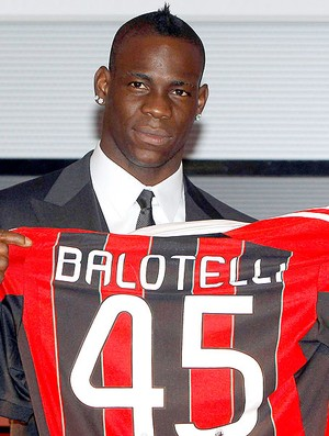 Mario Balotelli apresentado no Milan (Foto: Reuters)