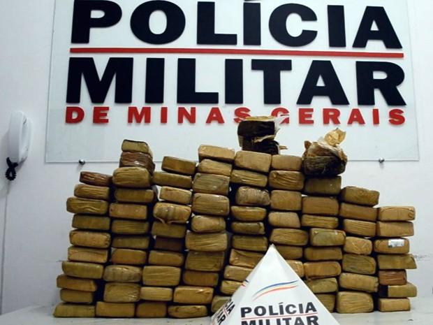 Polícia apreende 83 quilos de maconha em Piranguinho (Foto: Luciano Lopes)