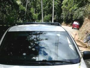 Carro foi perfurado por vários tiros (Foto: Divulgação)
