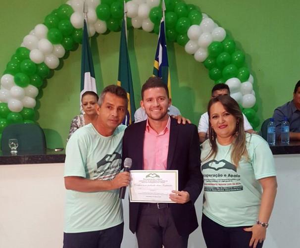 Felipe Pereira recebe a homenagem em nome da equipe do Piauí TV 1ª Edição (Foto: TV Clube)
