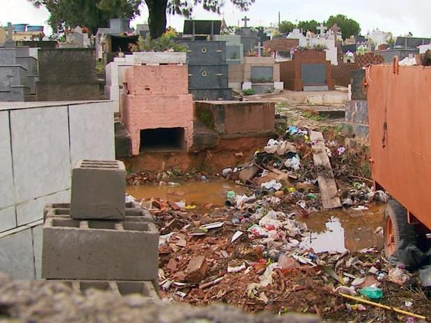 Moradores reclamam de excesso de lixo no Cemitério de Três Corações (Foto: Reprodução EPTV)