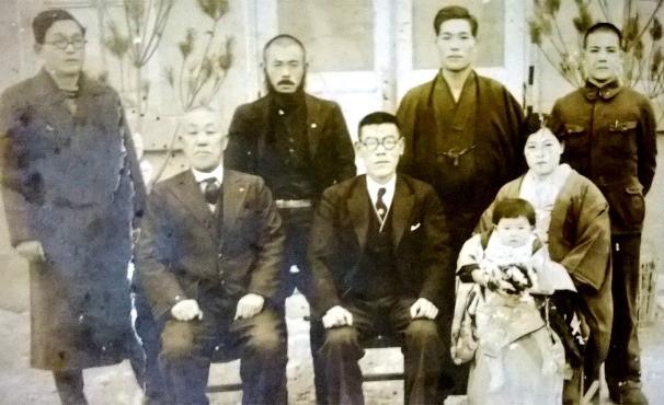 Larissa: família do meu avô,Yoshimi Noguchi,em Miyasaki antes se embarcarem para o Brasil (Foto: Arquivo Pessoal)