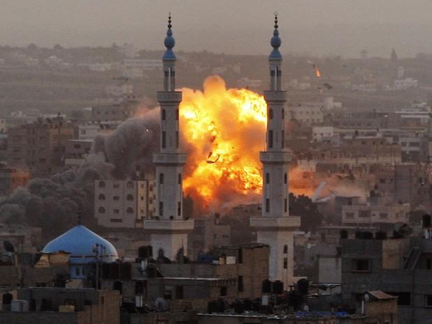 Fumaça sobe após ataque das forças israelenses na Faixa de Gaza (Foto: Hatem Moussa/AP)