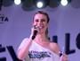 De saia curta, Fernanda Keulla participa de festa de réveillon no Rio