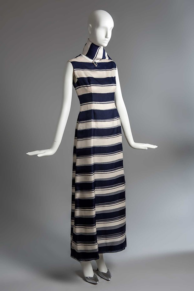 A Givenchy evening sheath in blue and white striped organza with matching scarf, formerly owned by the Duchess of Windsor, Summer 1966 (Foto: GIVENCHY. PHOTO BY LUC CASTEL)