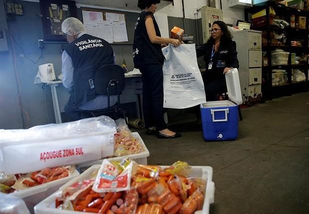 Integrantes da Vigilância Sanitária fazem coleta em supermercado do Rio de Janeiro, como parte da investigação após denúncias da Operação Carne Fraca (Foto: Ricardo Moraes/Reuters)