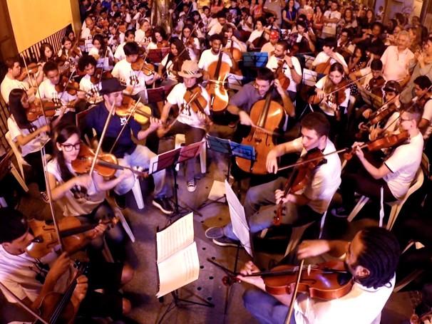 Músicos de diferentes cidades se apresentam juntos em Santos (Foto: Globo)
