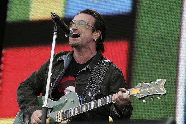 O músico Bono Vox durante um show do U2 (Foto: Getty Images)