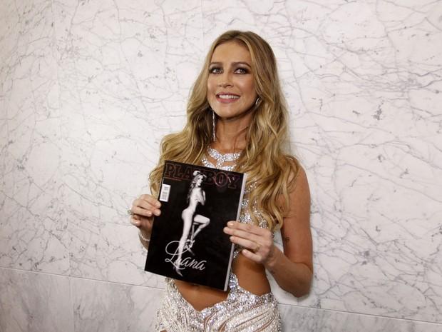 Luana Piovani posa com sua revista em festa em São Paulo (Foto: Celso Tavares/ EGO)